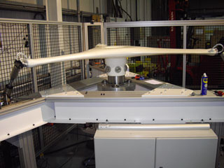 Composite material fatigue test bench